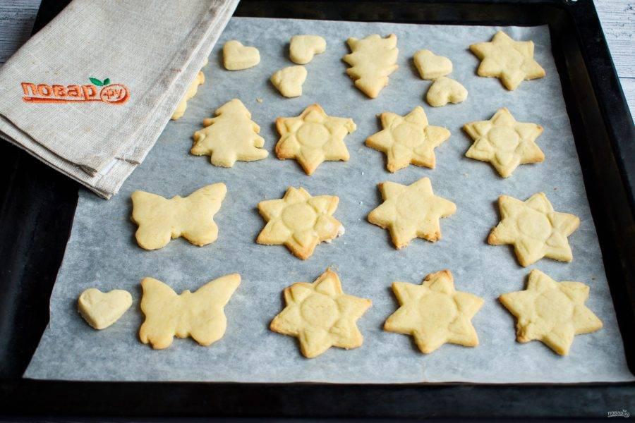 Или раскатать между пергаментом в прямоугольный пласт, толщиной 0,7 - 1 см. Вырубите с помощью формочек печенье. Запекайте печенье в разогретой до 200 градусов духовке в течение 10 минут.