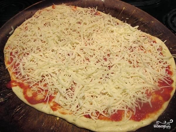 9. Выложите начинку по вкусу и щедро присыпьте сыром.