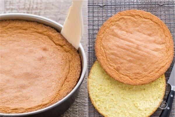 4. Выпекайте один бисквит в течение получаса при температуре 160-170 градусов. После того как бисквит будет готов, дайте ему остыть, а после разрежьте его на две части. Тоже самое повторите со вторым бисквитом.