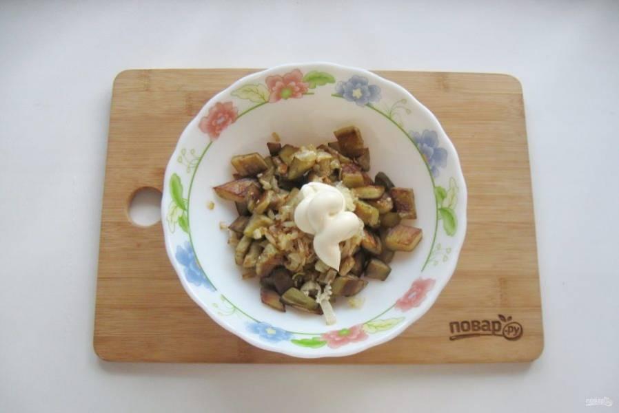 Закуску заправьте майонезом, посолите и поперчите по вкусу.