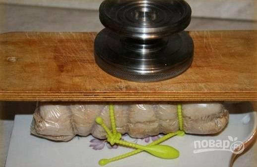 После этого балык переложите на доску, а сверху закройте второй доской. Оставьте пресс до тех пор, пока мясо не остынет.