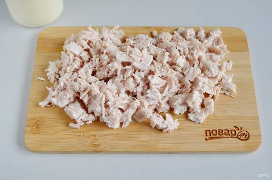 3. Куриное мясо отделите от костей, порежьте кубиками или разберите на волокна.