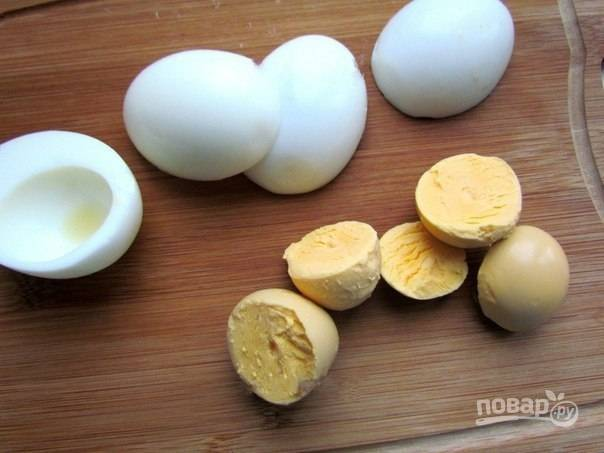 1.Яйца заливаю холодной водой, кладу щепотку соли и отвариваю после закипания 7 минут, затем охлаждаю под холодной водой и очищаю. Разрезаю каждое на 2 части, вынимаю желток.