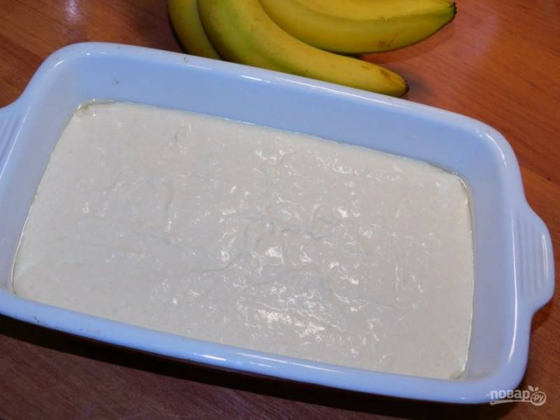Бананы измельчите в пюре и добавьте в тесто. Все хорошо перемешайте и выложите в форму для запекания, смазанную маслом. Поставьте в духовку, разогретую до 180 градусов минут на 40.