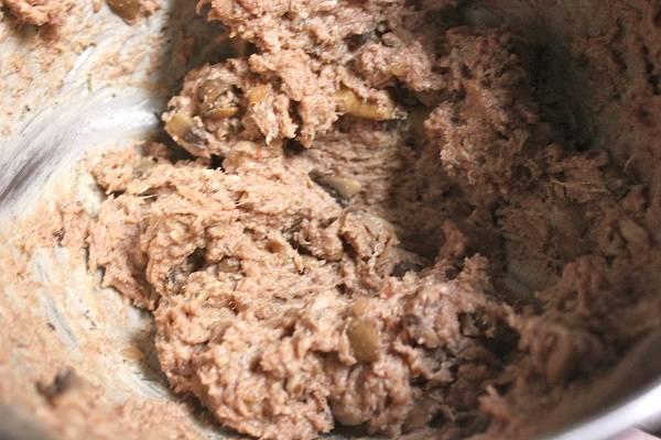 2. Говядину вымыть, обсушить и пропустить через мясорубку. Добавить щепотку соли, перца, сушеной зелени (в рецепт приготовления фарша с грибами и сыром можно использовать также острые специи для мяса). Добавить горчицу и панировочные сухари. Вбить яйцо и добавить сливочный сыр. Также по вкусу можно добавить и тертый твердый сыр. Все тщательно перемешать, чтобы масса была однородной.
