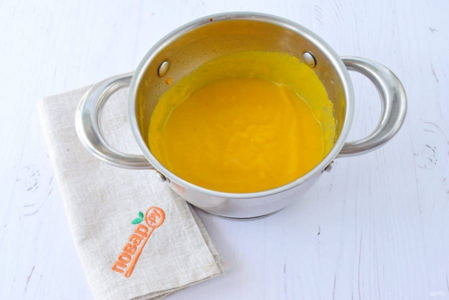 Бульон слейте, процедите. Овощи пробейте блендером до однородности. Влейте бульон, добавьте мускатный орех, соль и перец, перемешайте, доведите до кипения.