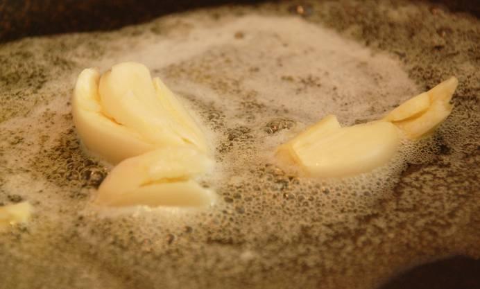 1. На сковороде растопить сливочное масло и отправить туда очищенный, раздавленный немного чеснок. Обжарить его немного, но не давая гореть, и аккуратно достать.