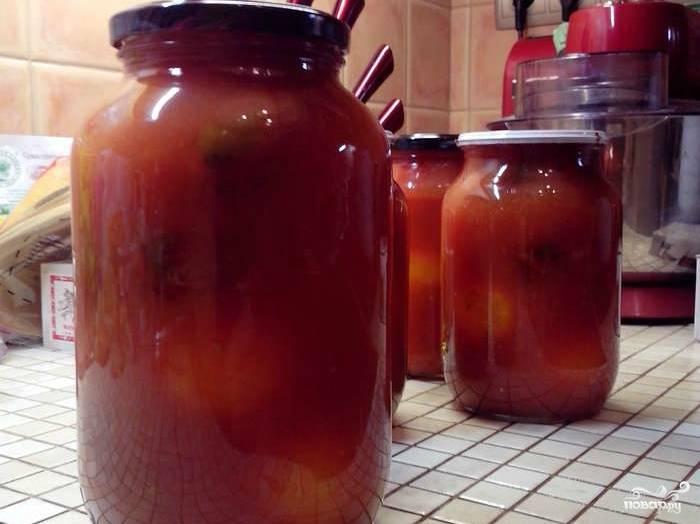 Сок из помидоров ставим в кастрюле на огонь. Кладем соль и сахар. Можно положить чеснок и различные специи, а также пряные травы. Когда сок закипит, провариваем его в течение получаса. После чего, выливаем воду из банок с помидорами. Заливаем сок, получившийся от разваренных помидоров, в банки до краев. Рассчитывайте, чтобы сока хватило. Банки закатываем и переворачиваем. Сверху накрываем полотенцем.