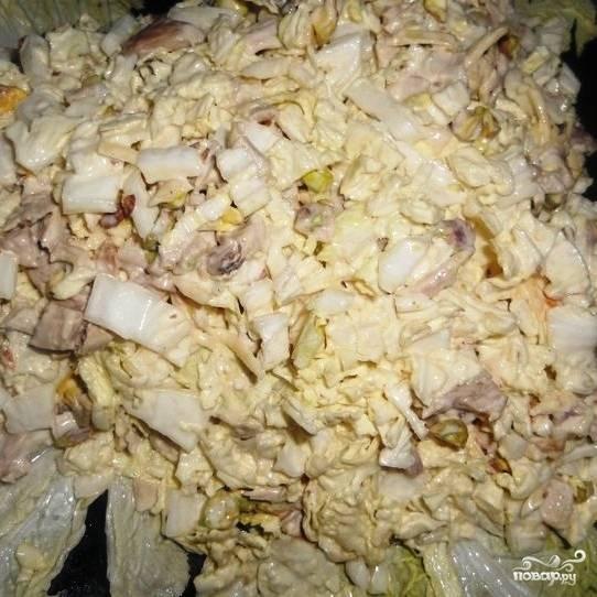 На салатное блюдо выкладываем несколько листов капусты, на капусту выкладываем наш салат - так, чтобы по форме он напоминал гроздь винограда.