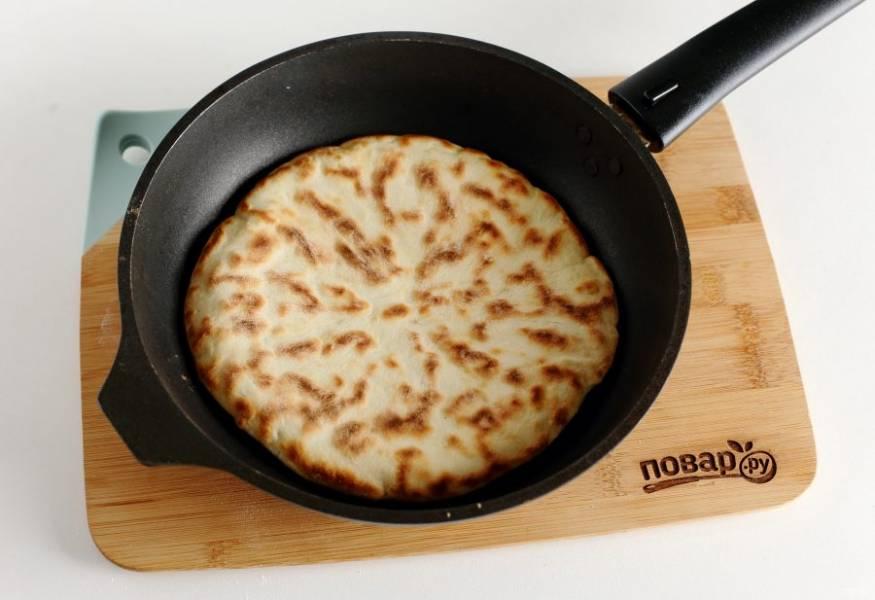 Лепешки с сыром жарьте на сухой сковороде.