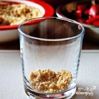 6.Ответственный момент. Начинаем складывать наш десерт. Для этого приготовьте широкие стаканы. На дно высыпаем по одной чайной ложке крошки.