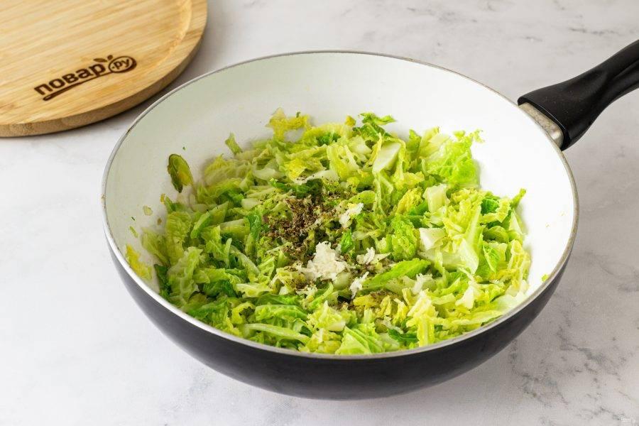 Добавьте лимонный сок, соль, черный молотый перец, сушеные итальянские травы и измельченный чеснок. Перемешайте. Потушите капусту 10-12 минут, пока она не станет мягкой.