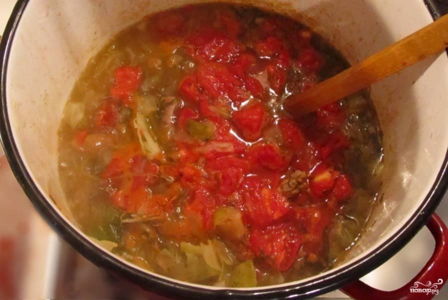 Очистите помидоры от шкурки, для этого опустите их на минуту в кипяток. Шкурку будет легче снять. Затем разрежьте помидоры на четвертинки и добавьте к супу. Вылейте туда же вино и киньте лавровый лист. Добавьте нарезанные кусочки мяса. Посолите, поперчите по вкусу и варите ещё полчаса. Следите за тем, чтобы капуста не переварилась.