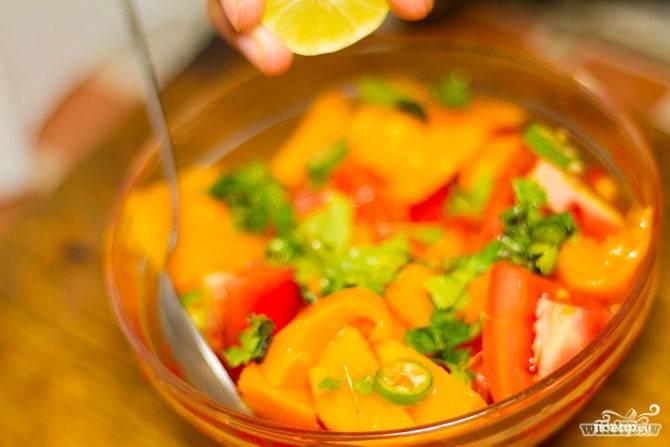 Собрать все ингредиенты в большой миске, сбрызнуть соком лайма.