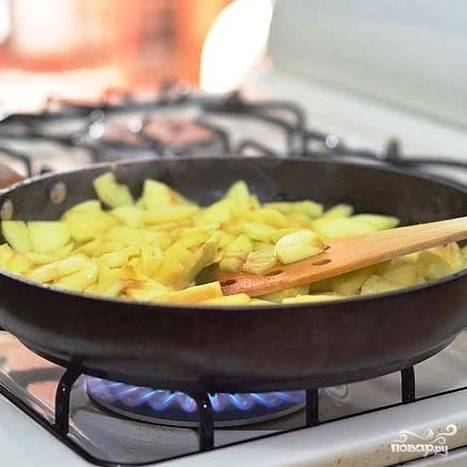 Когда сахар растворится - добавляем в сковороду яблоки и тушим на средне огне 5 минут, не забывая помешивать.