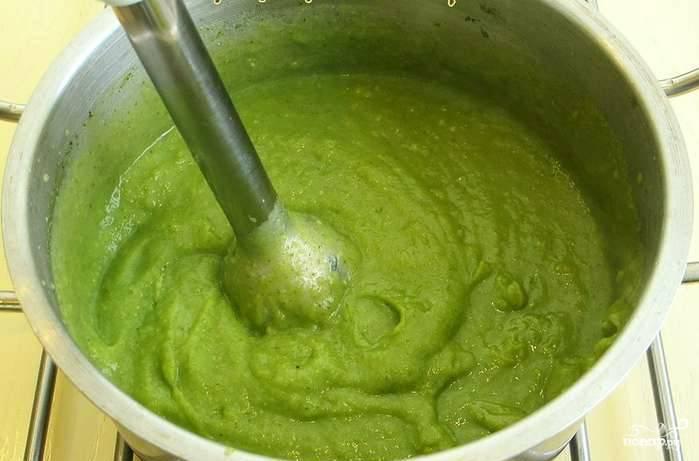 Овощи измельчаем в блендере. Должна получиться пюреобразная масса. Добавляем сливки, специи и соль. Затем суп ставим опять на огонь и разогреваем до появления пузыриков.