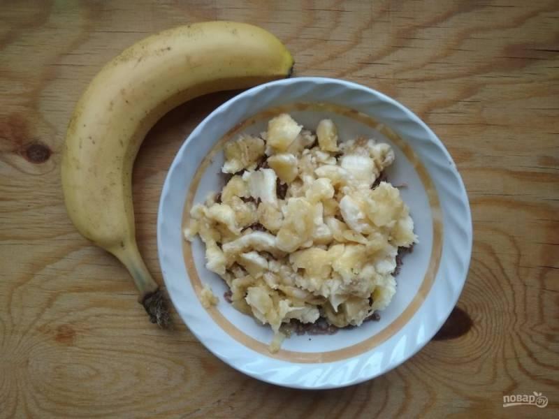 3. Затем к нему добавьте кусочки банана.