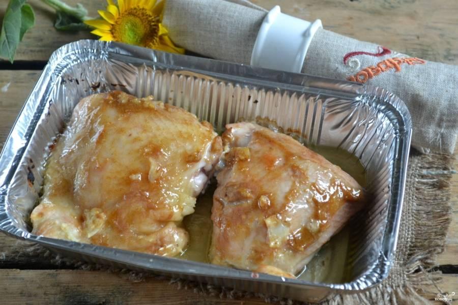 Разогрейте духовку до 180°С, отправьте туда противень с курочкой. Через 40 минут можете наслаждаться безумно вкусными и очень ароматными куриными бедрышками. Приятного аппетита!