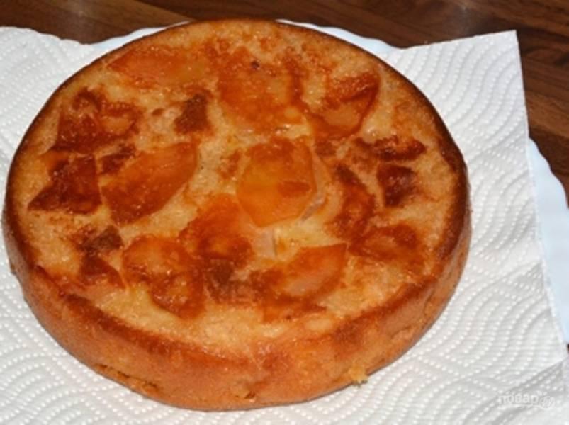 В смазанную форму на дно выложите яблоки, залейте тесто. Отправляйте шарлотку выпекаться в разогретую до 180 градусов духовку до готовности.