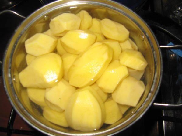 4. Картофель очистить, нарезать средними кусочками, залить кипятком и отправить на огонь. После закипания посолить и варить до готовности.