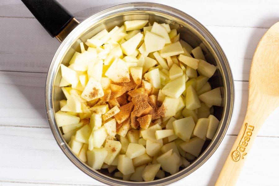 Тем временем приготовим начинку. Яблоки помойте, очистите от шкурки и сердцевины, нарежьте небольшими кусочками. В кастрюльку положите нарезанные яблоки и залейте яблочным соком. Добавьте специи и потушите на медленном огне под крышкой 10 минут. Затем добавьте сахар и потушите ещё 5 минут. Добавьте крахмал и лимонный сок. Всё хорошо перемешайте. Начинка будет готова.