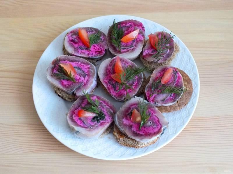 Закончите оформление кусочками помидора и веточками укропа. Оставьте бутерброды при комнатной температуре на 40 минут. После можно подавать на стол.