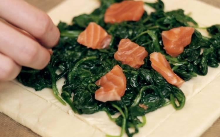 Выкладываем шпинат на тесто, сверху размещаем рыбу.