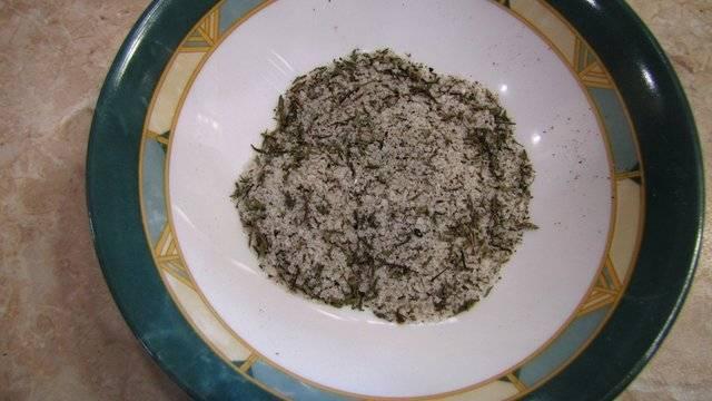 Смешиваем соль, перец и сухие травы.