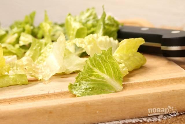Пока креветки остывают, займитесь самим салатом. Латук промойте и измельчите.