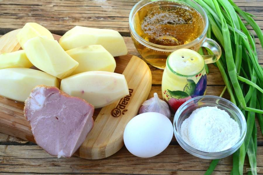 Подготовьте все необходимые ингредиенты. Картофель очистите и ополосните.