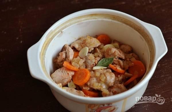 7. Переложите в жаропрочную посуду, добавьте немного горячей воды или бульона. Накройте крышкой и отправьте в разогретую до 180 градусов духовку. Томите около 35-45 минут до готовности.