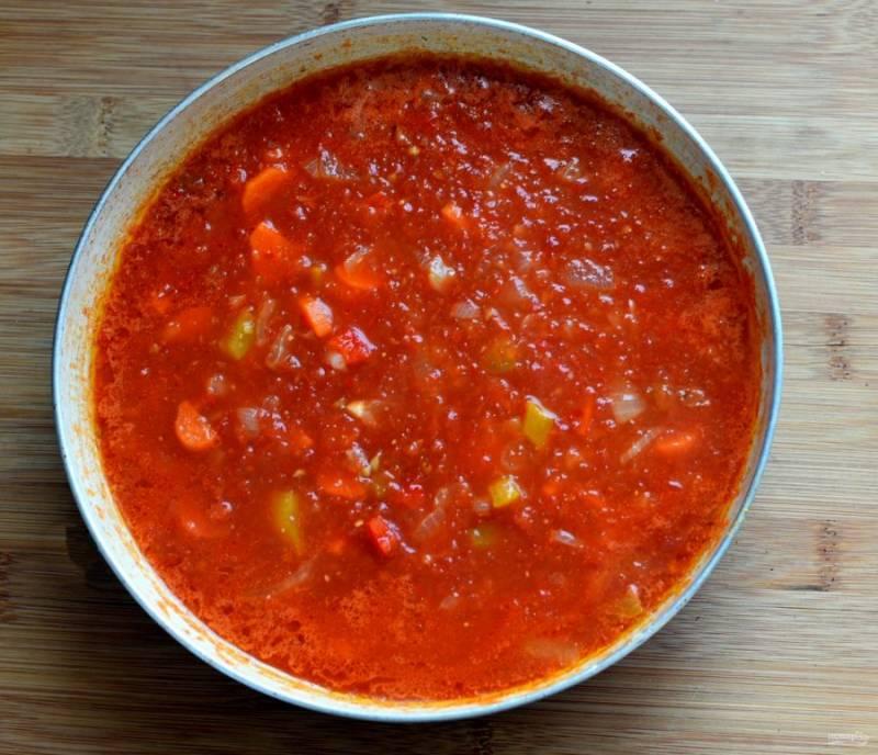 Добавьте в сковороду протертые свежие помидоры, сахар и тушите, помешивая, до уваривания в два раза.