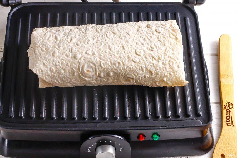 Прогрейте электрический гриль или раскалите сковороду-гриль, выложите на панель заготовку и поджарьте в течение 2-3 минут до румяности.