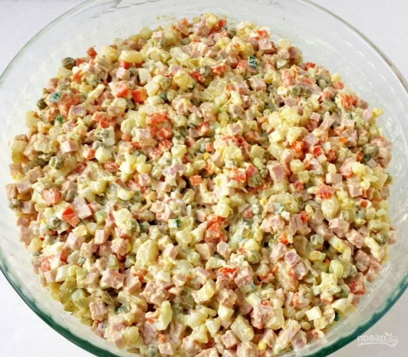 5.Заправляю салат майонезом (если готовлю заранее, то количество майонеза удваиваю, чтобы салат им пропитался).