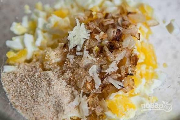 6. Добавьте чеснок, немного панировочных сухарей, щепотку соли. Все как следует перемешайте. Все, начинка готова.