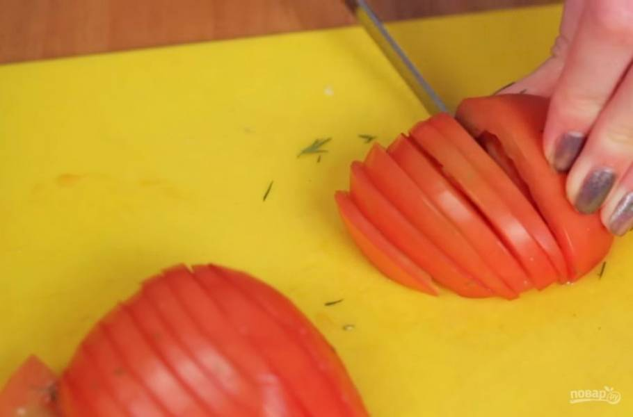 1. Для начала нарежьте сыр тонкими полосками (примерно 0,3 см в толщину). Мелко нарежьте зелень вместе с хвостиками. Помидор разрежьте пополам и нарежьте тонкими пластинками.