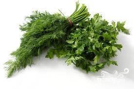 Зелень моем и укладываем на тарелку перед подачей. По желанию, можно порезать и посыпать блюдо.