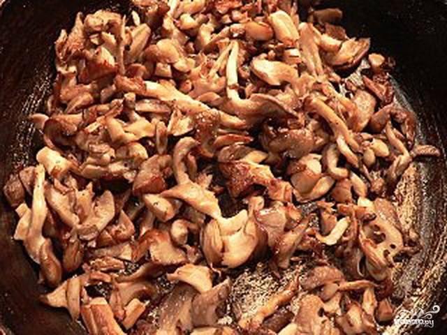 Пока варится картофель, можно пожарить грибы. Мелко нарезаем грибы, чистим и мелко шинкуем лук. И жарим на растительном масле до готовности.