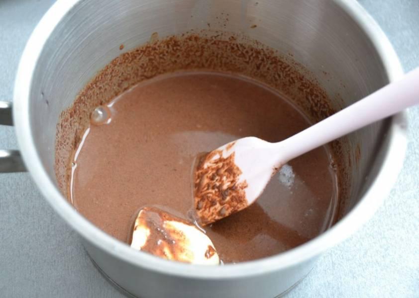 Вмешайте сливочное масло в теплую шоколадную массу, уберите в холодильник для загустения.