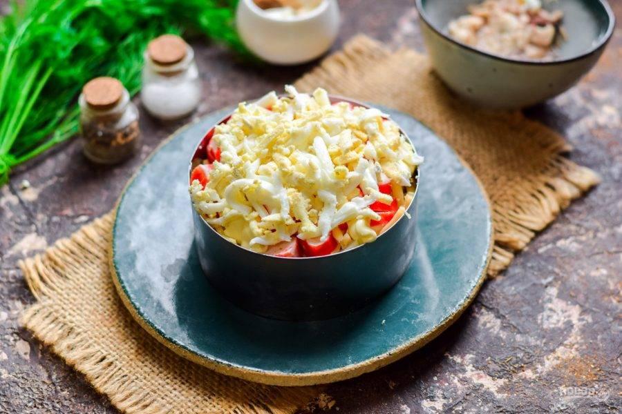 Вареное яйцо натрите стружкой и выложите завершающим слоем. Салат оставьте на час для пропитки и подавайте к столу.