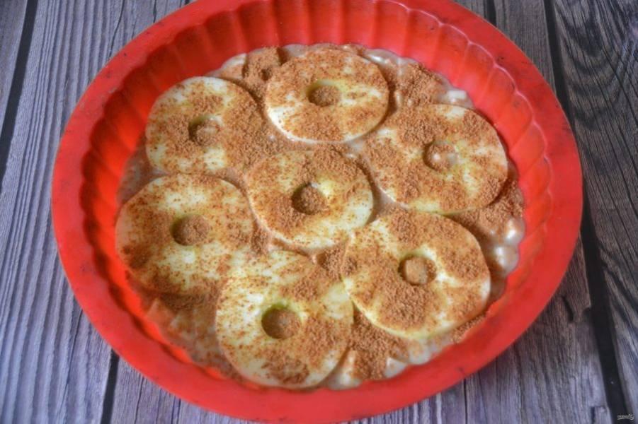 Посыпьте сверху пирог сахарно-коричной смесью, выпекайте при температуре 185 градусов 20-25 минут.