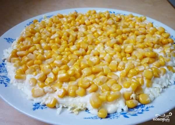 4. Следующим слоем будет консервированная кукуруза. Неожиданный ингредиент в таком салате? Она отлично сочетается с остальными ингредиентами!