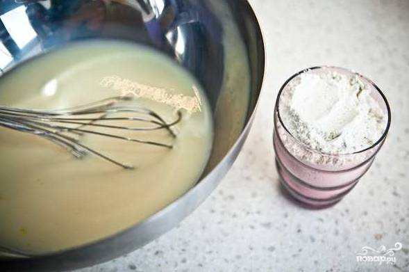 4. Всыпьте просеянную муку и добавьте соду, предварительно погасив ее соком лимона или уксусом.