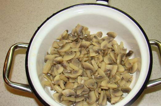В кипящий маринад добавляем шампиньоны, варим 10 минут. Затем снимаем с огня, грибы откидываем на дуршлаг, чтобы стекла вода.