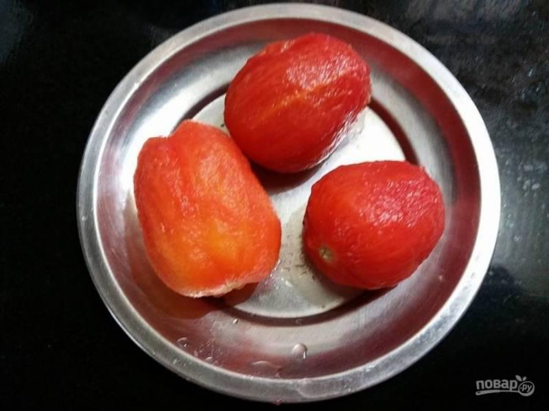 2. Теперь вы сможете легко очистить помидоры от кожицы.