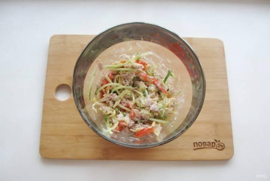 Посолите салат по вкусу и перемешайте.