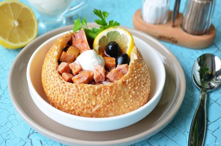 9. Приятного аппетита, солянка с копченостями в хлебе готова!