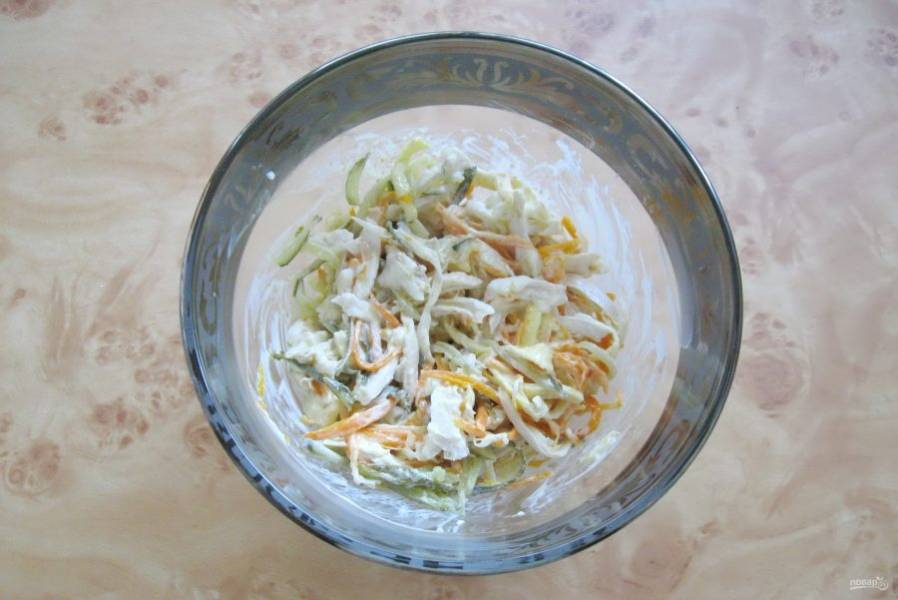 Перемешайте салат.