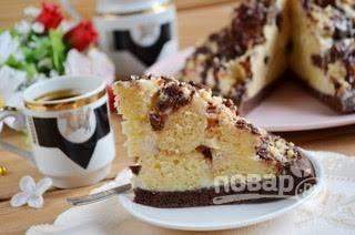 14. Щедро полейте тортик шоколадной глазурью, украсьте тертым шоколадом, орехами и отправьте в холодильник на 2 часа для пропитки. Приятного аппетита!
