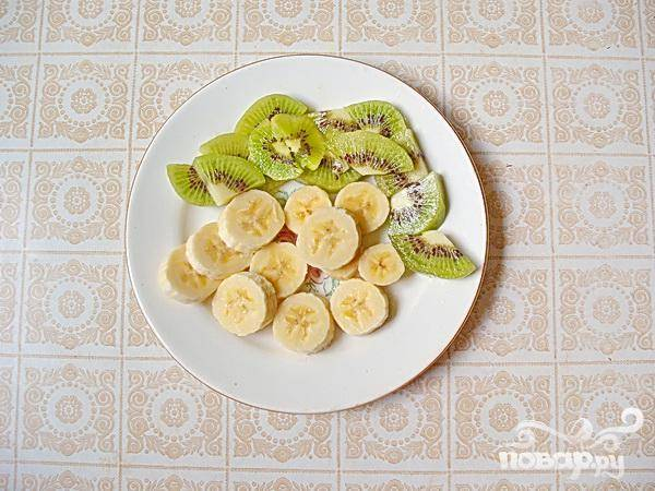 1.Основой нашего фруктового десерта будет банан и киви. Аллергические реакции часто провоцируют сезонные фрукты, и на первых порах, поэтому, употреблять их следует очень осторожно. В сегодняшнем рационе привычные киви и бананы употребляют круглый год, и, таким образом, аллергии они вызывать не должны.
